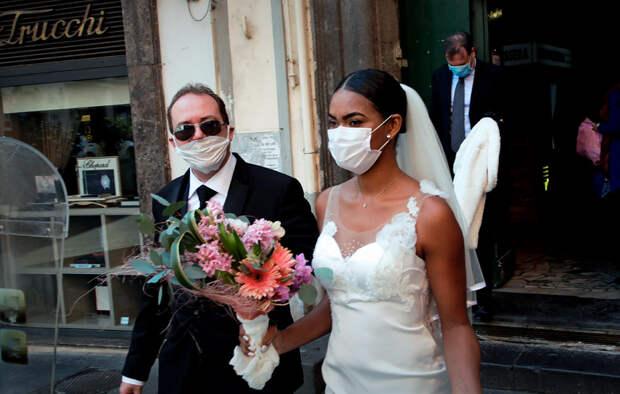 Пара из Италии не стала отказываться от свадебной церемонии из-за распространения коронавируса. На празднике присутствовали только молодожены и свидетели, поскольку публичные мероприятия в стране запрещены. Италия является одной из наиболее эпидемиологически неблагополучных стран. В стране зафиксировано более 31 тыс. инфицированных коронавирусом.