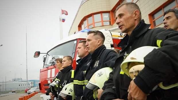 В честь 25-летия гимна столицы пожарные и спасатели исполнили песню «Дорогая моя столица, золотая моя Москва!»