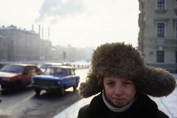Санкт-Петербург, мальчик на улице, 1994 г. 90-е годы, 90-е годы. жизнь, СССР, жизнь в 90-е, ностальгия, старые снимки, фотографии россии, фоторепортаж