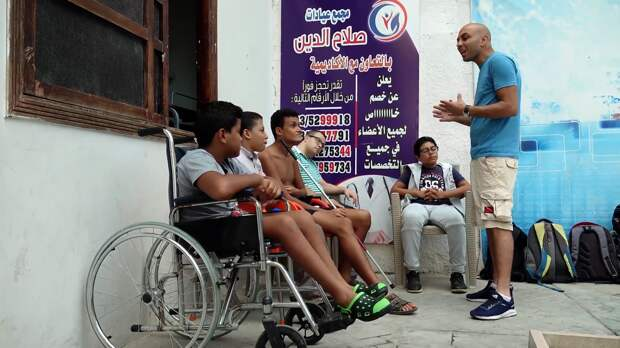 Дайвер из Египта учит детей с инвалидностью плавать под водой