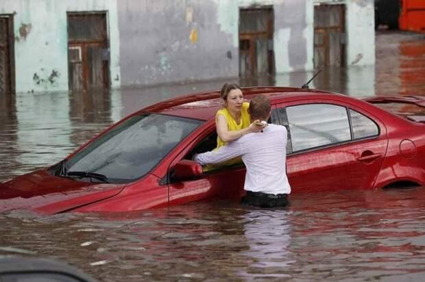 Иностранные корреспонденты оказались в нужное время в нужном месте — они успели сделать кадры, как мужчина оказывает помощь двум нижегородкам. авто, автомобили, героизм, герой, наводнение, помощь, потоп, спасение