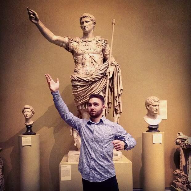 Жизнь подражает искусству: 20 неловких фотографий в музеях
