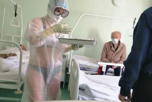 Медсестра-красотка в прозрачном костюме щеголяла по больнице
