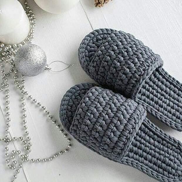 Такие миленькие и уютные тапочки можно связать из трикотажной пряжи себе или на подарок.