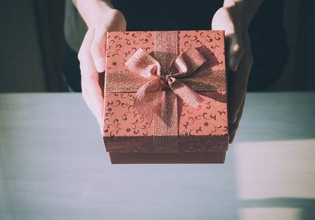 коробка с бантиком в женских руках