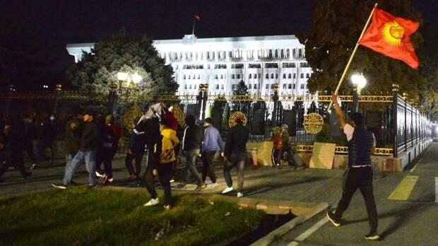 Власть в Киргизии перешла к премьер-министру, спикер парламента от полномочий главы государства отказался