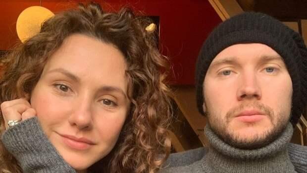 Жена Бобровского намекнула набеременность