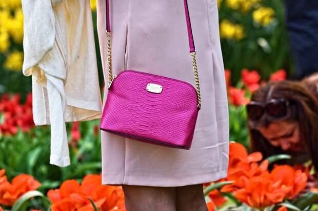 розовая сумочка на длинном ремешке