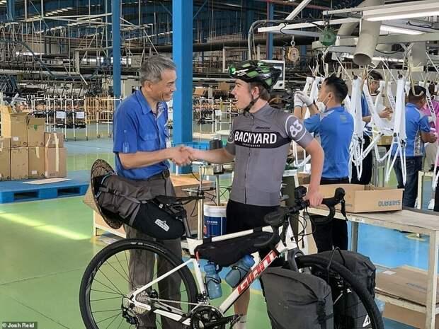 Британец купил велосипед вКитае, ипроехал 15 тысяч кмдоАнглии