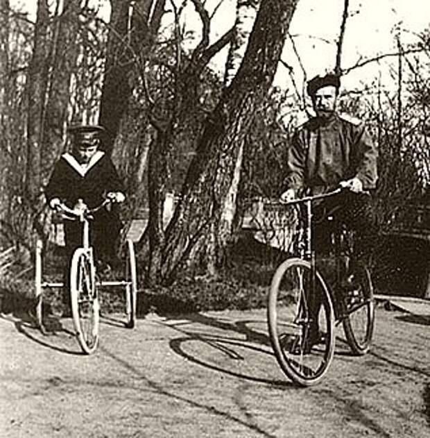 Любил прокатиться на велосипеде и государь-император. На фото с цесаревичем Алексеем