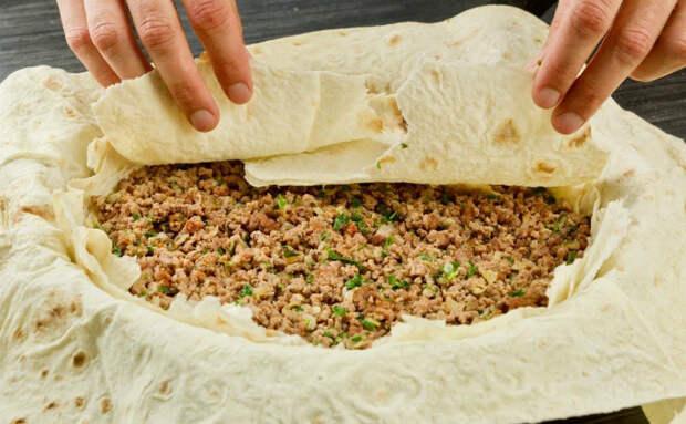 500 граммов фарша и лаваш превратили в сочный мясной пирог: жарим по 15 минут на сторону
