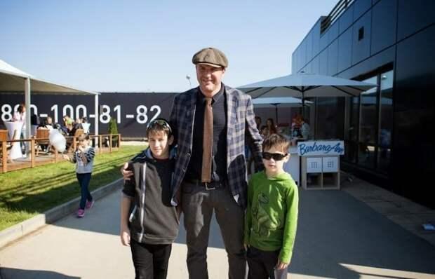 Максим Виторган помогает сиротам