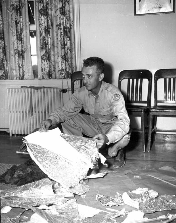 Майор Джес Марсель обследует находки с места розуэлльского инцидента / ©Flickr