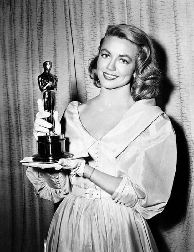 """Свой """"Оскар"""" Дороти Мэлоун получила еще в 1957 году, за лучшую женскую роль второго плана - она сыграла её в фильме """"Слова, написанные на ветру""""."""
