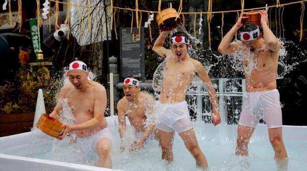 Традиционное купание в холодной воде в Японии 2020