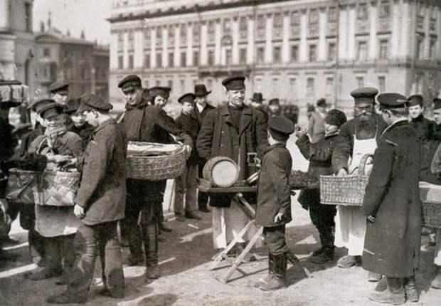 Уличные торговцы. Старое фото.
