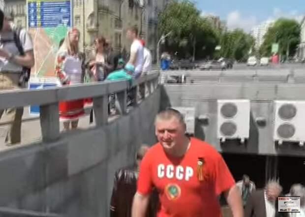 Напали и заплевали мужика в футболке СССР с георгиевской лентой. 9 мая. Киев (видео)