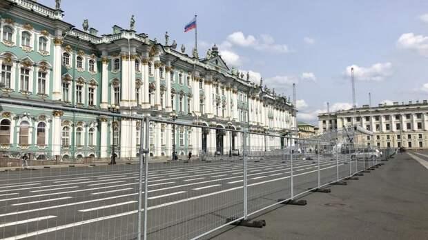 Дворцовую площадь огородили в преддверии Дня города и Книжного салона