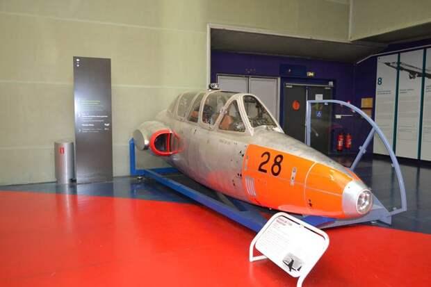 Обзор из передней (курсантской) кабины самолета Fouga CM.170 Magister хороший, с заднего места инструктора – тоже. У инструктора для обзора вперед есть бинокулярный перископ (по-моему, это явный перебор – простой зеркальный ничуть не хуже)