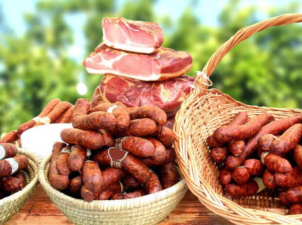 Колбасы и другие виды переработанного мяса содержат много соли, задерживающей воду в организме