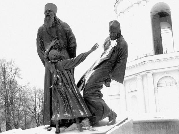 Памятник священникам и мирянам — жертвам советской власти в городе Шуя Ивановской области около колокольни Воскресенского собора