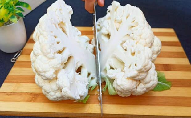 Цветную капусту разбирают быстрее мяса: делим на части и обжариваем на сковороде с яйцами