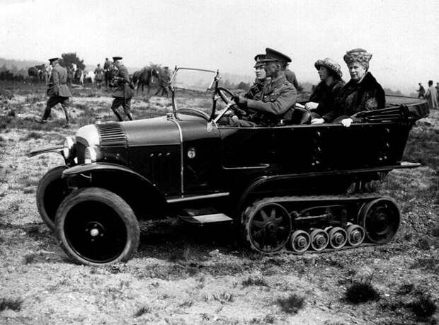 Королева Мария с принцессой в армейском автомобиле с гусеничным приводом, 1920 год авто, мото, ретро