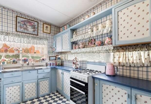 Васильковая кухня имеет цветочное оформление не только на стенах, но и на шкафах красуется цветочный принт. | Фото: golbis.com.