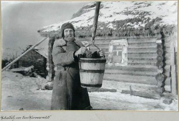 Советский крестьянин у колодца.