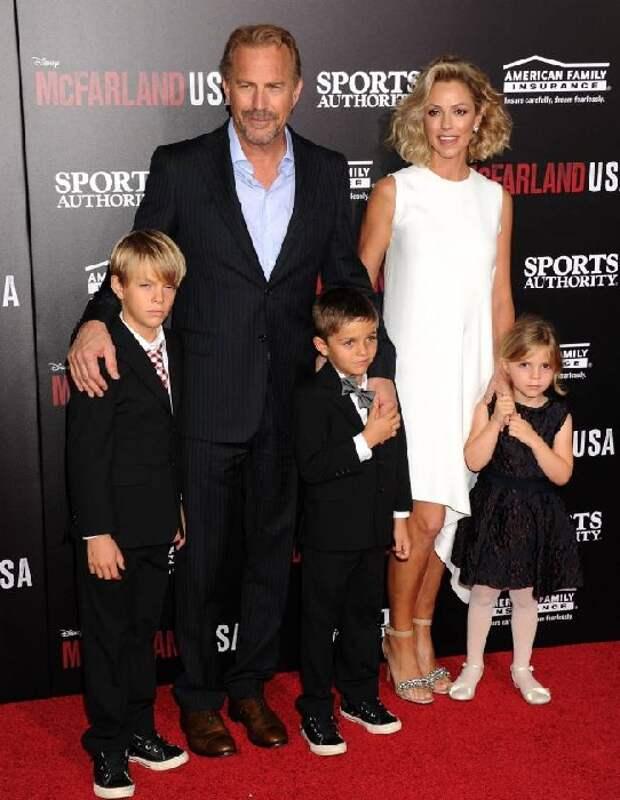 Кевин Костнер и Кристин Баумгартнер с детьми.