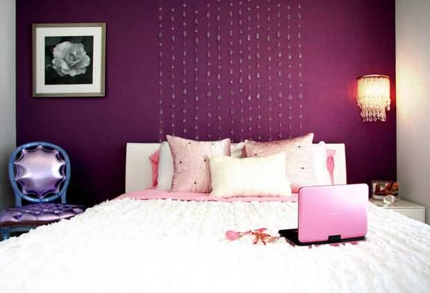 Хрустальные капли на стене придают изящность интерьеру спальни
