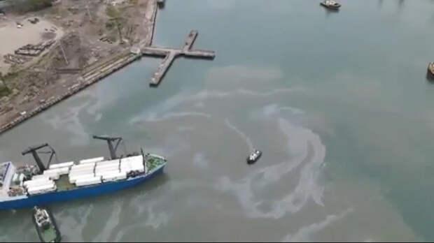 В Черном море в Туапсе разлилась нефть