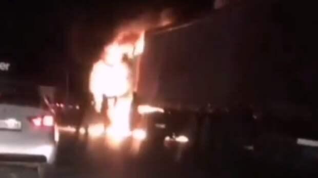 ВТатарстане натрассе загорелась фура— никто изпроезжающих несмог помочь