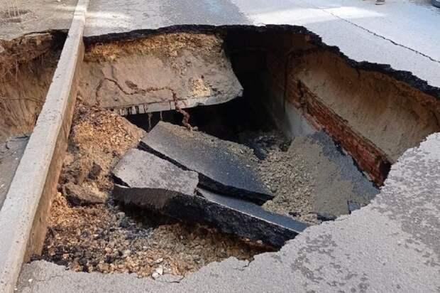Огромная яма у здания администрации привлекла внимание мэра Волгограда
