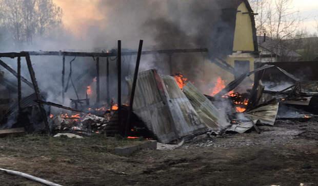 Праздновали 18-летие: частный дом сгорел вмикрорайоне Рудник вНижнем Тагиле