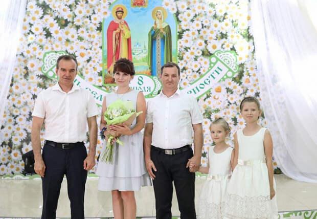 На Кубани 15 многодетным семьям вручили медаль «Родительская доблесть»
