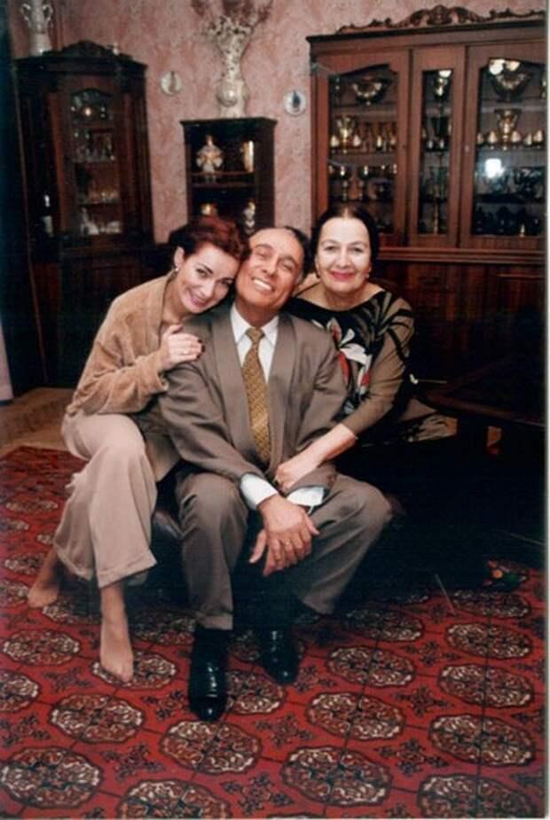 Николай Сличенко и его любимые женщины - жена и дочь.