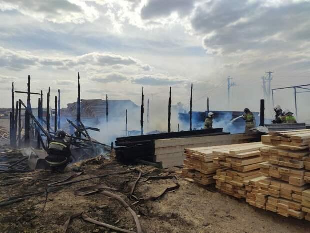 Пилорама загорелась в районе Кузовлевского тракта в Томске