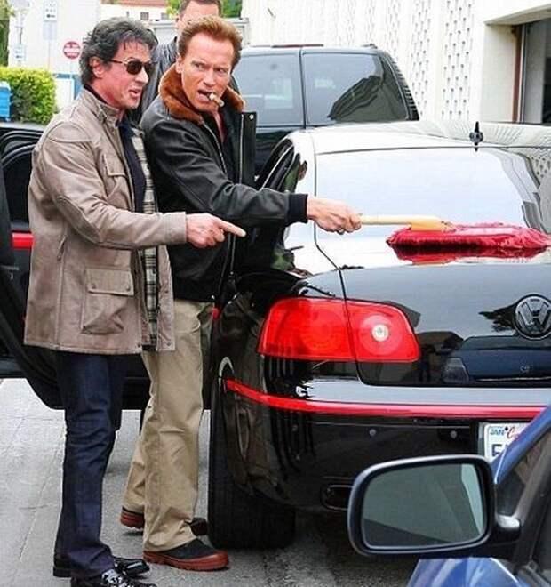 1. Шварценеггер протирает машину Сталлоне знаменитости, мойка машин, фото