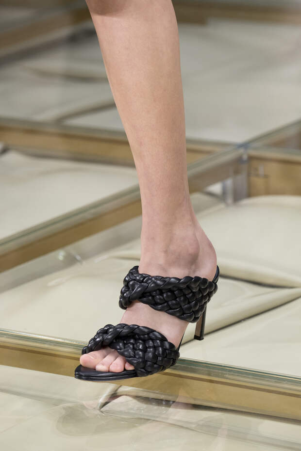 Обувь сезона весна-лето 2020: вьетнамки, вязаные сапоги и «мамины мюли» (фото 7)
