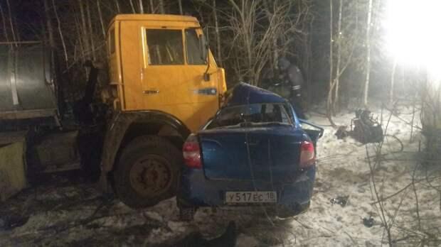 Два человека погибли в столкновении «Лады» и «КамАЗа» в Удмуртии