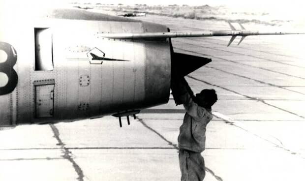 Техник ставит заглушку на воздухозаборник Су-17. У знака «отличный экипаж» видна «заплата» на месте снятого кронштейна под второй приемник воздушного давления ПВД-7, который был перенесен в более удобное место – на штангу, выступавшую за обрез фюзеляжа