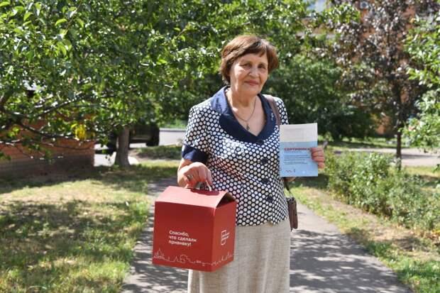 Пенсионерка из Кузьминок после прививки чувствует себя в безопасности