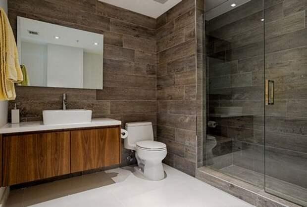 ванная с плиткой под дерево