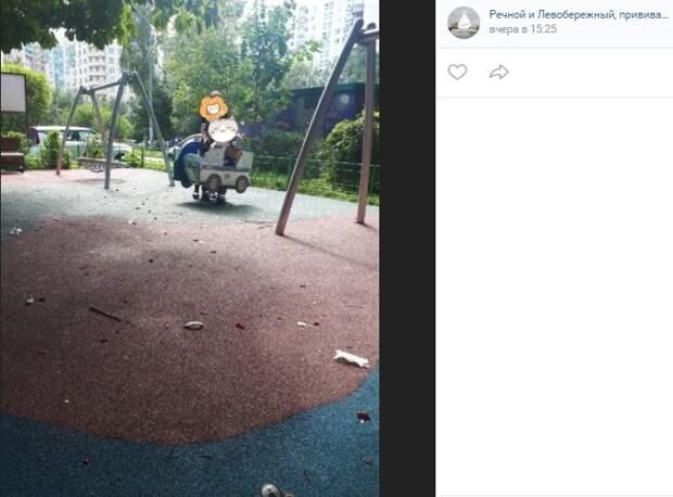 Маленькие хулиганы разрушают площадку в Валдайском