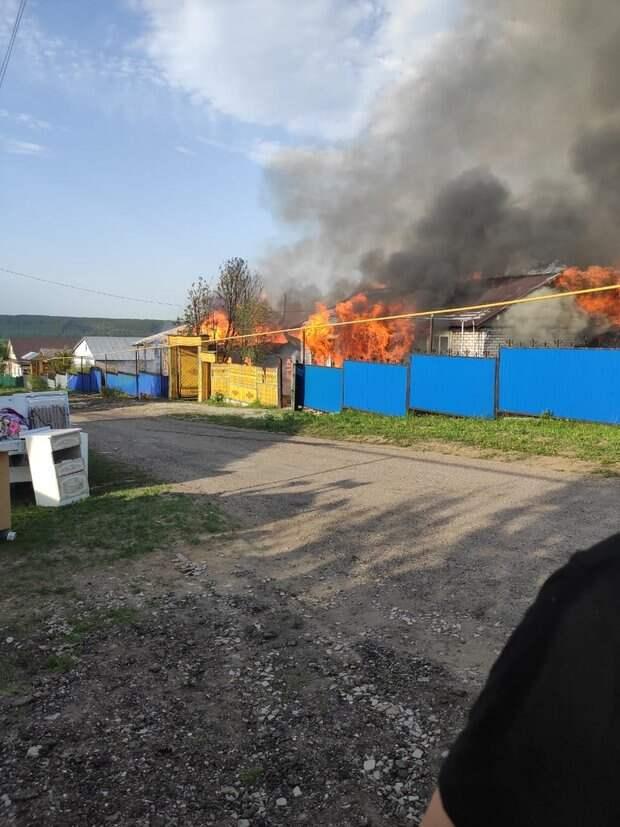 В Татарстане сгорели два одноэтажных бревенчатых дома