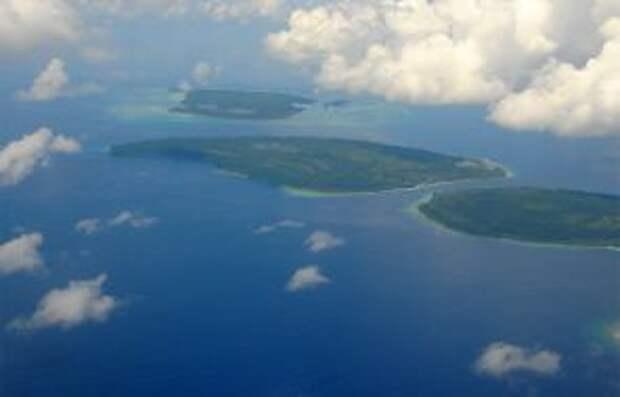 На фото: Маршалловы острова - это цепочки из многих сотен атоллов, уходящих в Тихий океан. В том числе и знаменитый атолл Бикини, где десятки лет испытывалось американское атомное оружие. За это стране дали статус ассоциированного с США государства и предоставили кое-какие льготы