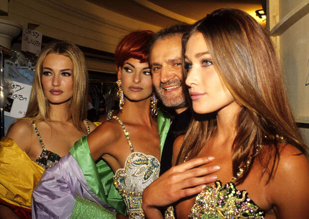 Карен Мюльдер, Линда Евангелиста и Джанни Версаче перед показом Versace, 1992