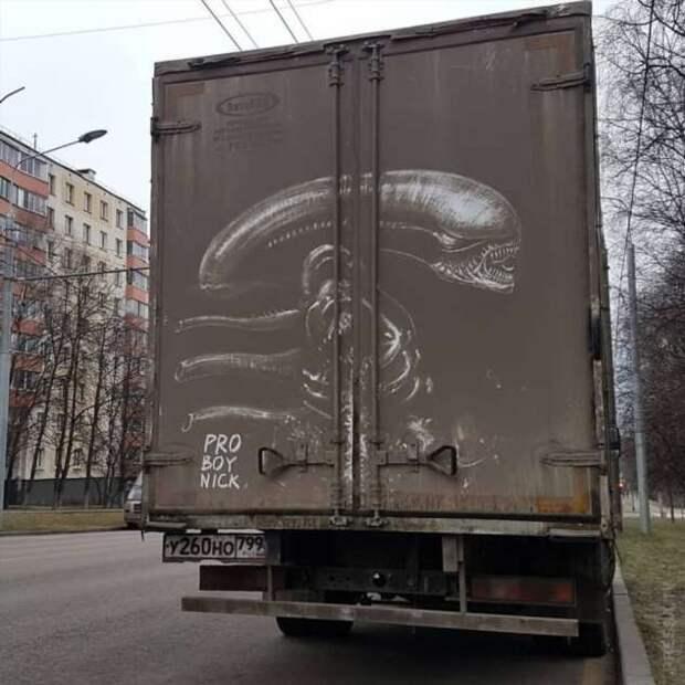 Невероятные рисунки на грязных машинах Москвы