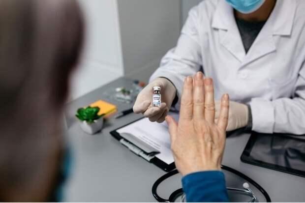 Кому опасно делать прививку от коронавируса?